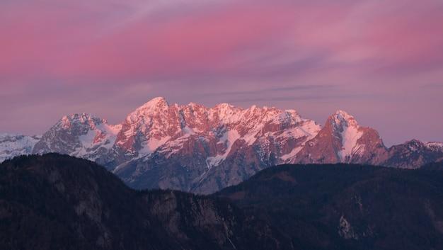Schneebedeckte berge tagsüber Kostenlose Fotos