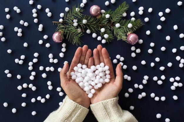 Schneebedeckte herzform in frauenhänden Premium Fotos
