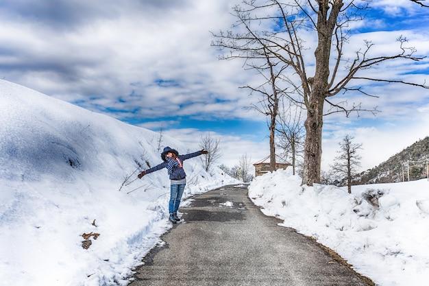 Schneebedeckte straße im wald zwischen bergen Premium Fotos
