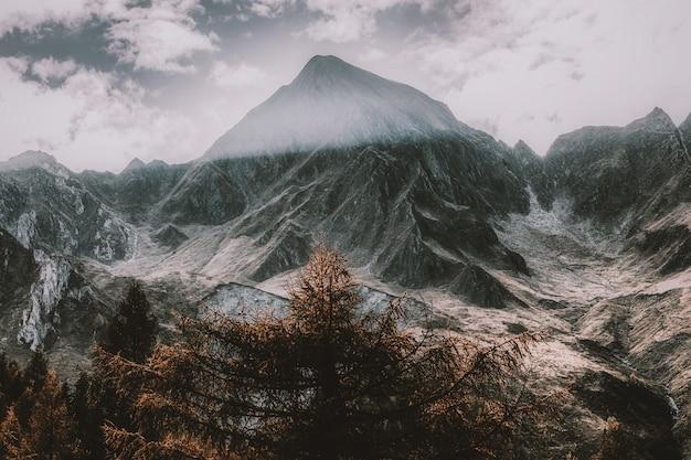 Schneebedeckter berg unter bewölktem himmel Kostenlose Fotos