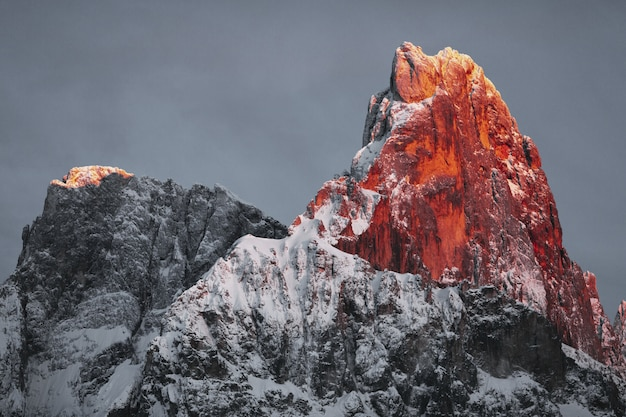Schneebedeckter felsiger berg unter bewölktem himmel Kostenlose Fotos