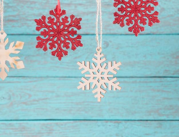 Schneeflocken auf hölzernem hintergrund Premium Fotos