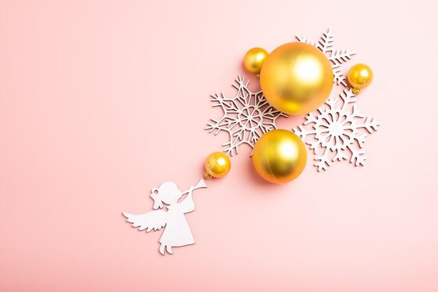 Weihnachten Wallpaper.Schneeflockendekoration Des Weißen Weihnachten Auf Rosa Hintergrund