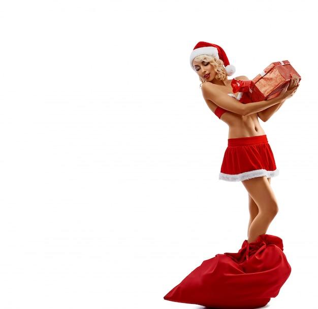 Schneewittchen, das ein geschenk, stehend in der roten tasche hält. Premium Fotos