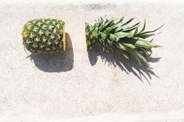 Schneiden sie ananas auf dem swimmingpool. Premium Fotos