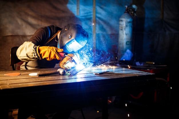 Schneiden von metall mit plasmaausrüstung an der anlage. Kostenlose Fotos