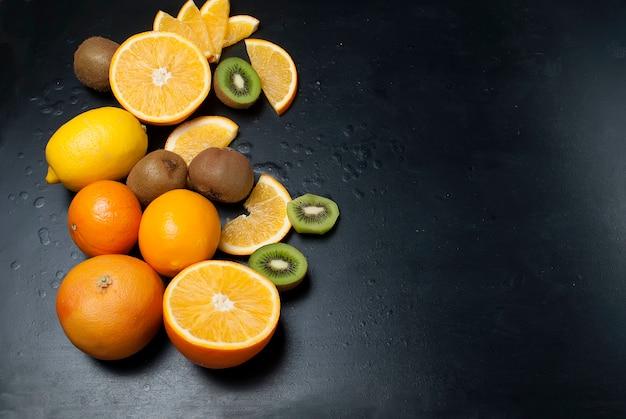Schneidet kiwi und orange, draufsicht Premium Fotos