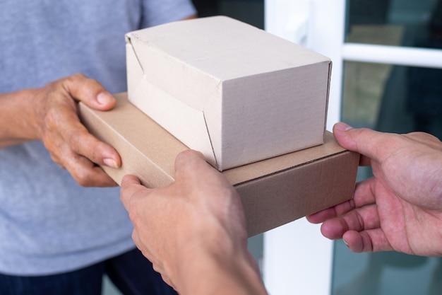 Schnelle lieferung von paketen an empfänger, vollständige produkte, beeindruckende services. Premium Fotos