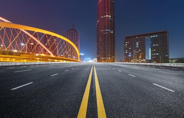 Schnellstraße und moderne städtische architektur in tianjin, china Premium Fotos