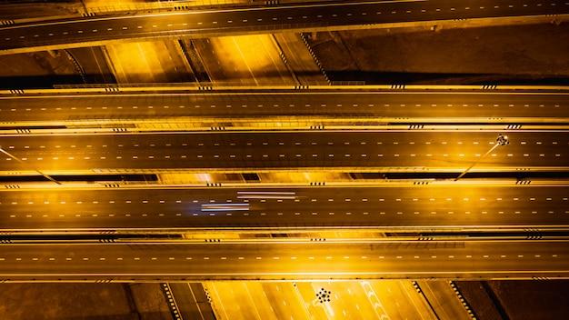 Schnellstraßen- und ringverbindungen für das transport- und logistikgeschäft bei nacht Premium Fotos