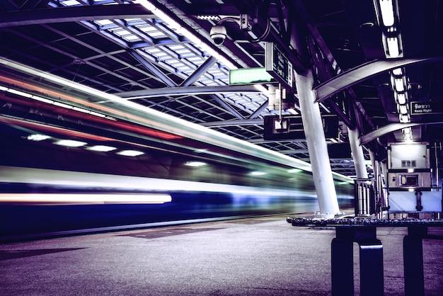 Schnellzug auf der eisenbahn Premium Fotos