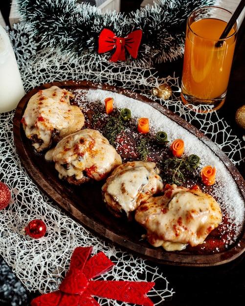 Schnitzel mit geschmolzenem käse und tomaten Kostenlose Fotos