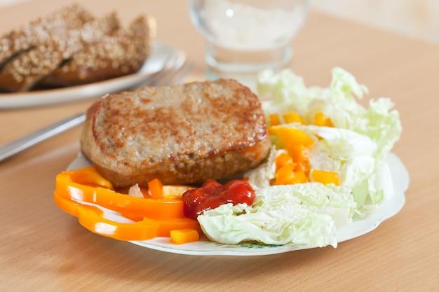 Schnitzel mit salat Kostenlose Fotos