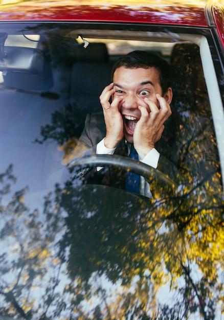 Schockierter fahrer im auto Premium Fotos