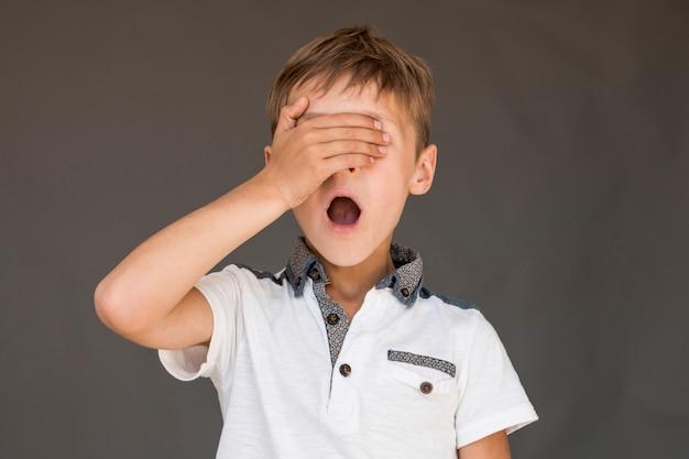 Schockierter junge, der seine augen bedeckt Kostenlose Fotos