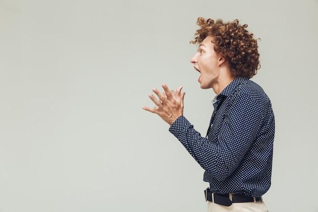 Schockierter retro-mann schreit. Kostenlose Fotos