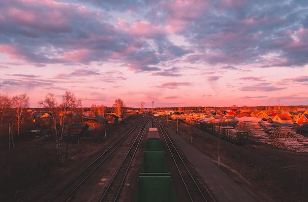 Schöne abendhimmelfarben und naturlandschaft. sonne über skyline, horizont. warme farben. Premium Fotos