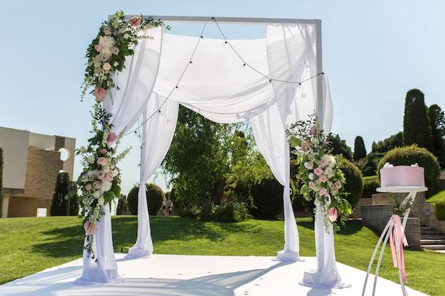 Schöne abgehende hochzeitseinrichtung. jüdisches hupa auf romantischer hochzeitszeremonie. hochzeitsdekor Premium Fotos