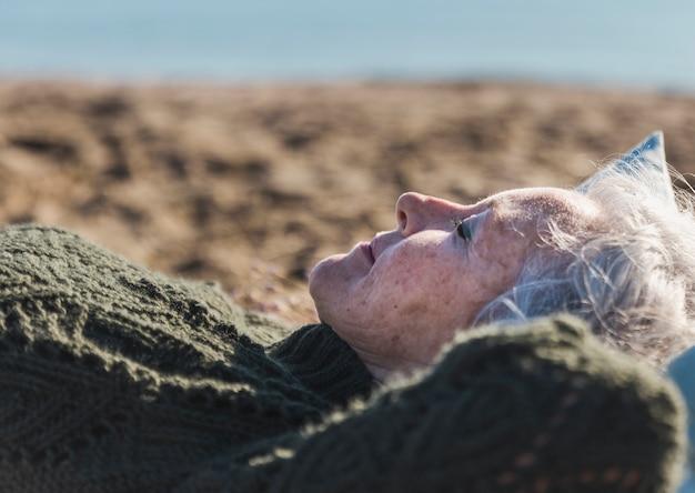 Schöne ältere frau, die sich entspannt Kostenlose Fotos