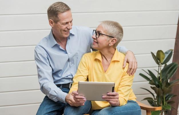 Schöne ältere paare, die einander betrachten Kostenlose Fotos