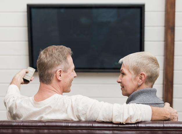 Schöne ältere paare, die fernsehen Premium Fotos