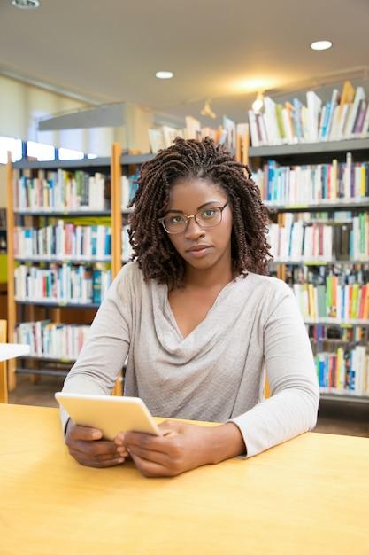 Schöne afroamerikanerfrau, die an der bibliothek aufwirft Kostenlose Fotos