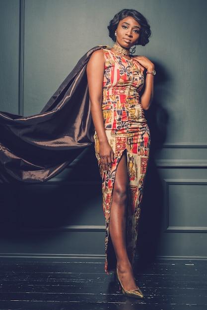 Schöne afroamerikanermädchenaufstellung Premium Fotos
