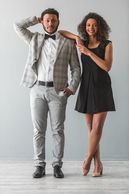 Schöne afroamerikanische paare in der formellen kleidung