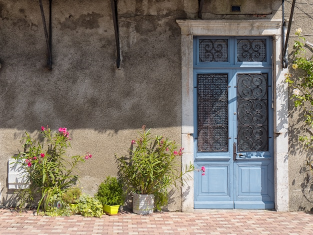Schöne alte tür blau lackiert Premium Fotos