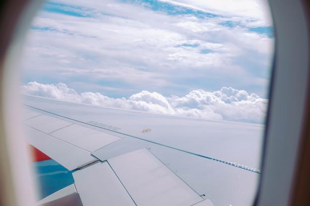 Schöne ansicht der wolken, die von einem flugzeugfenster eingefangen werden Kostenlose Fotos