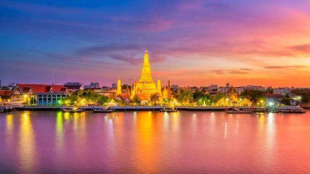 Schöne ansicht von wat arun temple in der dämmerung in bangkok, thailand Premium Fotos