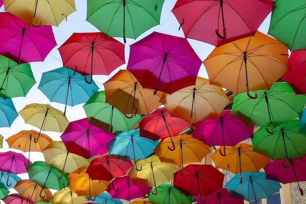 Schöne anzeige der bunten schwimmenden regenschirme Kostenlose Fotos