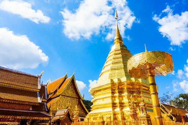 Schöne architektur der goldpagode in wat phrathat doi suthep Kostenlose Fotos