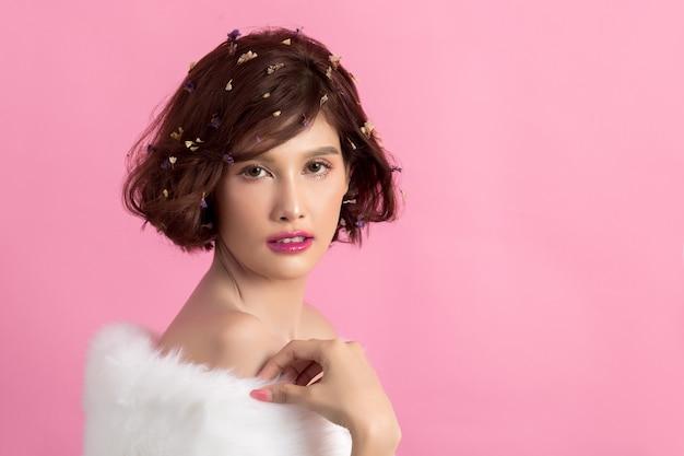 Schöne asiatische frau getrennt auf rosa Kostenlose Fotos