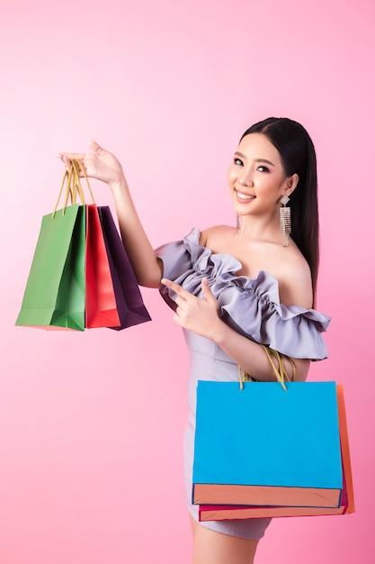 Schöne asiatische frau mit einkaufstasche Kostenlose Fotos