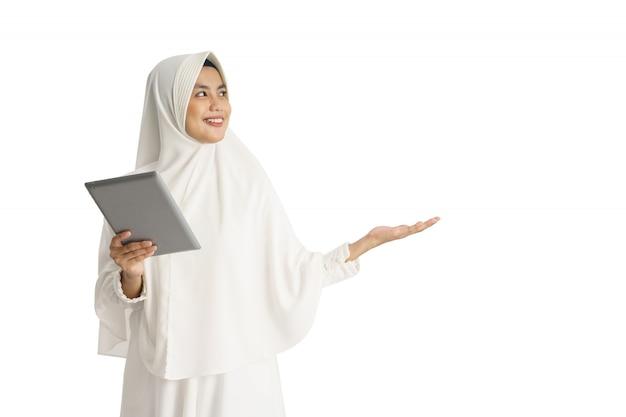 Schöne asiatische frau mit weißer hijab-präsentation Premium Fotos