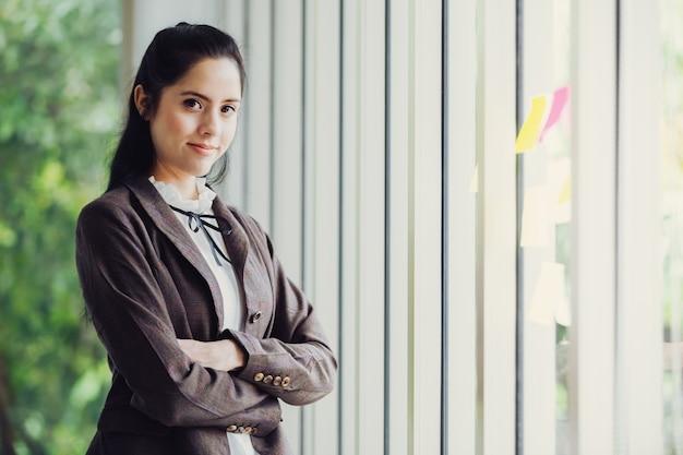 Schöne asiatische geschäftsfrauen des portraits Premium Fotos