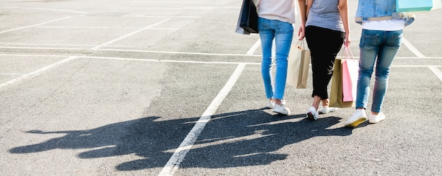 Schöne asiatische mädchen, die einkaufstaschen bei draußen stehen halten Kostenlose Fotos