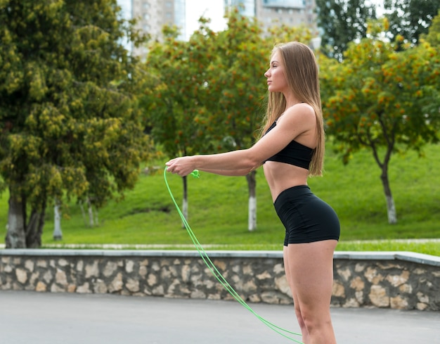Schöne athletische frau, die eignungsübungen tut Kostenlose Fotos