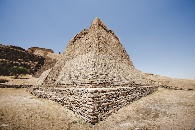 Schöne aufnahme der pyramide von la quemada zacatecas mit blauem himmel Kostenlose Fotos