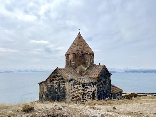 Schöne aufnahme des sevanavank-klosterkomplexes mit blick auf den sevan-see in armenien Kostenlose Fotos