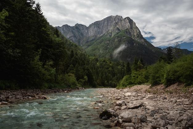 Schöne aufnahme des triglav-nationalparks, slowenien unter dem bewölkten himmel Kostenlose Fotos