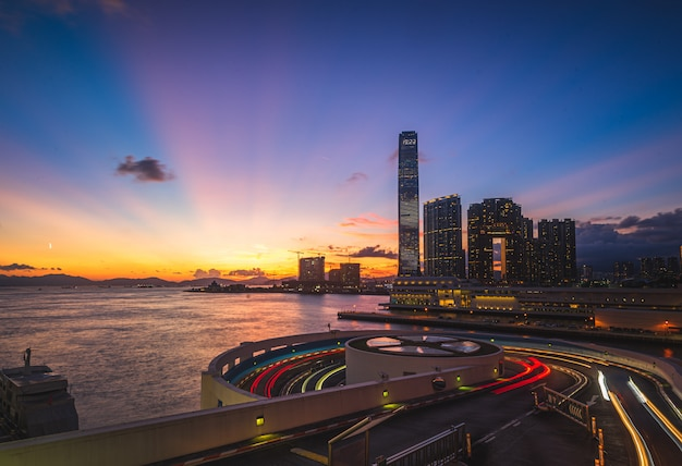 Schöne aufnahme einer stadt mit moderner architektur und erstaunlicher landschaft Kostenlose Fotos
