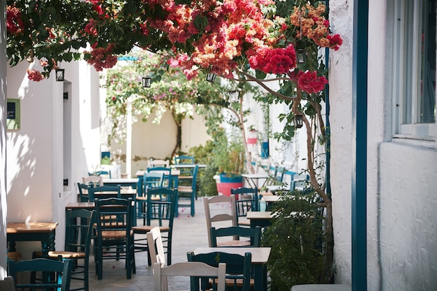Schöne aufnahme eines straßencafés in der engen seitenstraße in paros, griechenland Kostenlose Fotos
