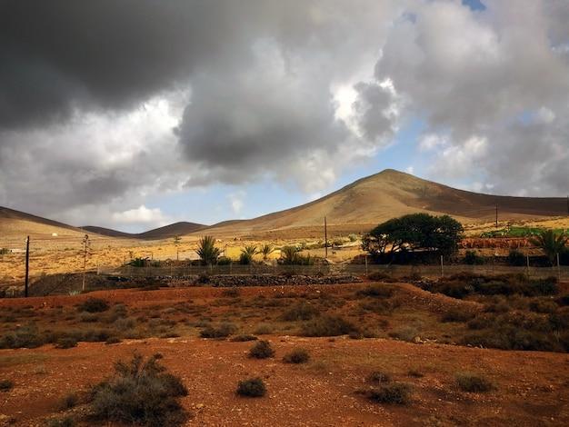 Schöne aufnahme von trockengebieten des corralejo-naturparks in spanien bei stürmischem wetter Kostenlose Fotos