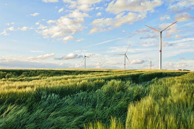Schöne aufnahme von windkraftanlagen unter dem bewölkten himmel in der eiffelregion, deutschland Kostenlose Fotos