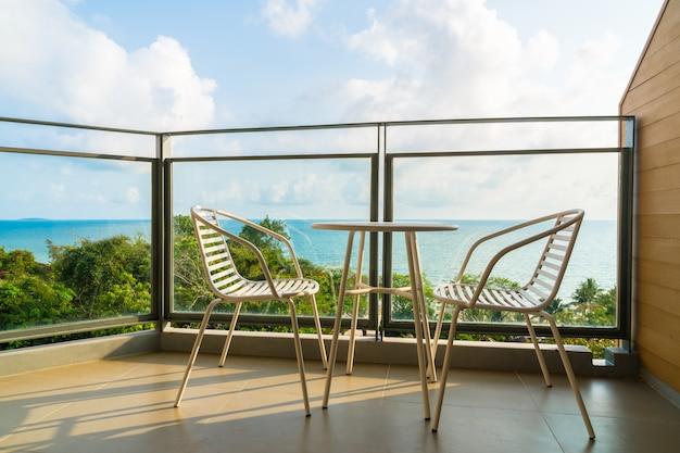 Schöne außenterrasse mit stuhl und tisch Kostenlose Fotos