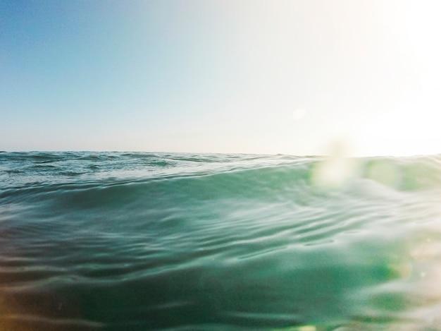 Schöne aussicht auf den blauen ozean Kostenlose Fotos
