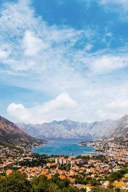 Schöne aussicht auf den golf von kotor und die stadt kotor; montenegro Kostenlose Fotos