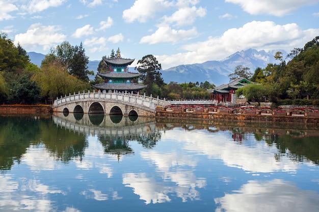 Schöne aussicht auf den jade dragon snow mountain und die suocui-brücke Premium Fotos